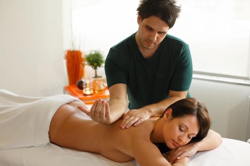 фото девушка делает массаж парню